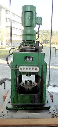 日本初の回転鍛造機(写真)